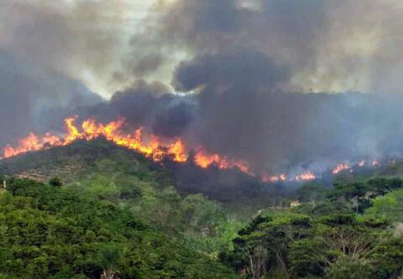 Chapada: Incêndio de grande proporção avança pela Serra do Sincorá entre Ibicoara e Iramaia
